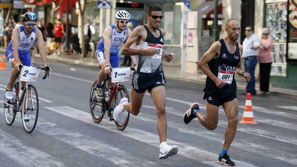 Hassane Ahouchar seguido, en cabeza, seguido por Mohamed Boucetta.