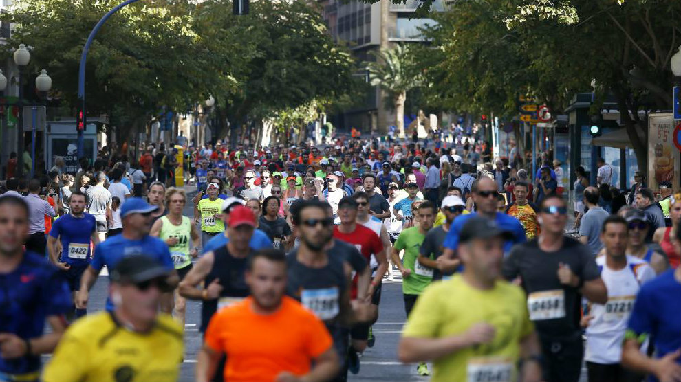 El medio maratón de Alicante a su paso por el centro de la ciudad.