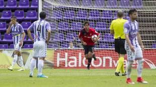 Lekic recoge el balón de la portería tras marcar al Valladolid,...