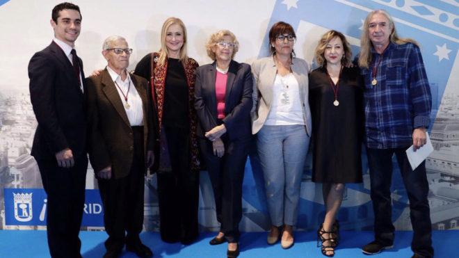 Javier Fernández posa junto al resto de premiados y Manuela Carmena y...