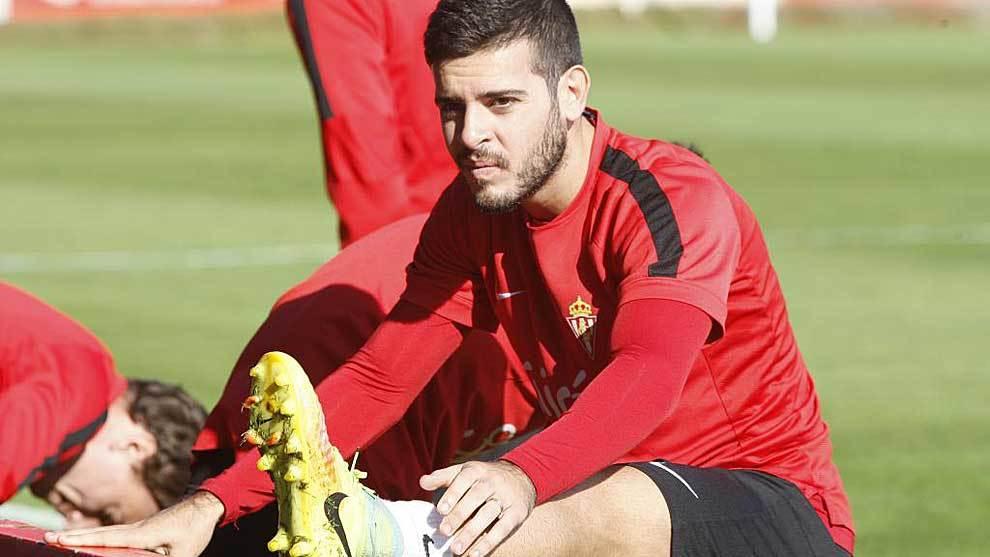 Víctor Rodríguez, durante un entrenamiento del Sporting esta...