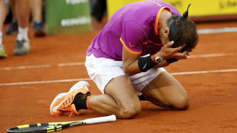 Nadal se lleva las manos al rostro inmediatamente después de ganar a...