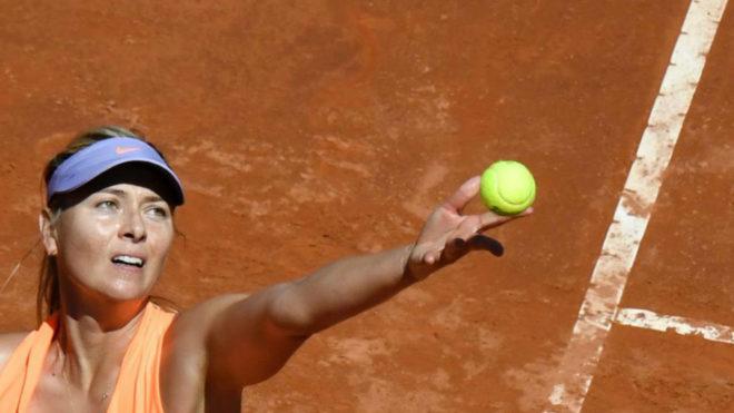 Sharapova se dispone a servir durante su partido ante Kristina McHale...