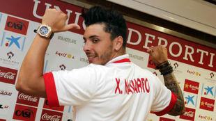 Ximo Navarro posa en el momento de su presentación con el Almería.