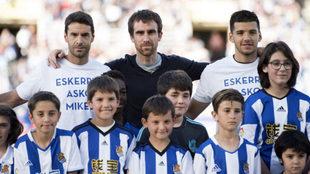 Mikel Gonz�lez posa con el once inicial de la Real en el partido del...