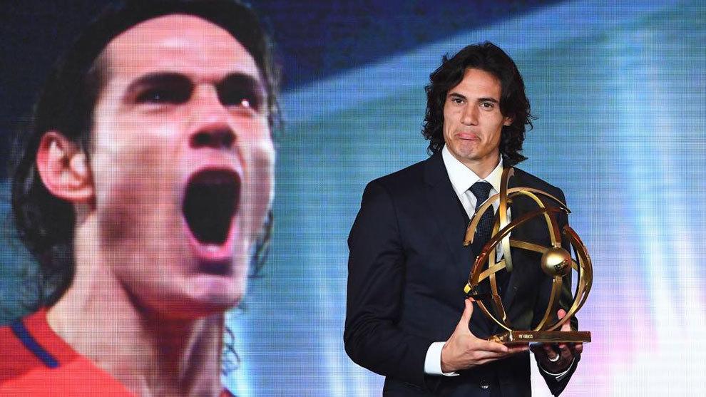 Cavani, con el trofeo que le acredita como mejor jugador de la liga...
