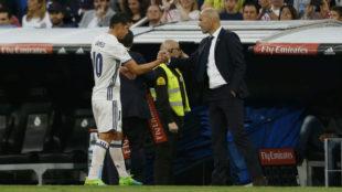 James saluda a Zidane en el momento del cambio ante el Sevilla.