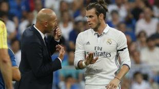 Zidane y Bale dialogan durante un partido.