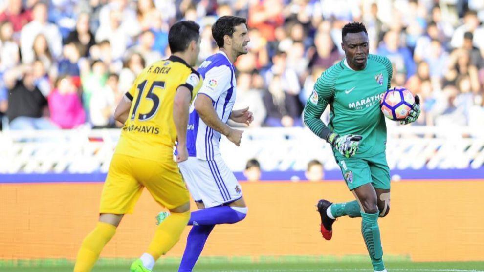 Intervención del portero del Málaga durante el partido