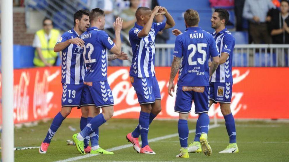 Los jugadores del Alavés celebran un gol en Medizorroza