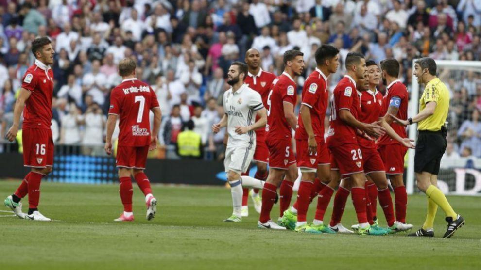 Jugadores durante el encuentro entre el Sevilla y el Real Madrid