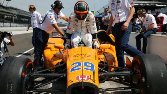 Alonso se sube a su monoplaza