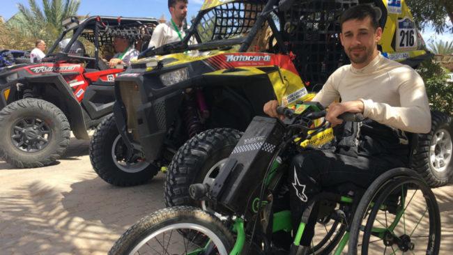 Joan Lascorz (32), en el Rally Merzouga junto a su 'buggie'.