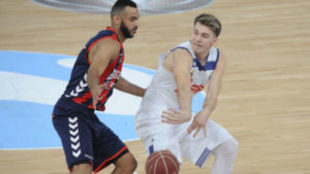 Luka Doncic (Real Madrid) defendido por Adam Hanga (Baskonia)