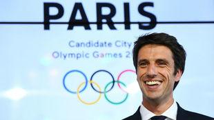 Tony Estanguet, viceperesidente del Comité Olímpico galo, en rueda...