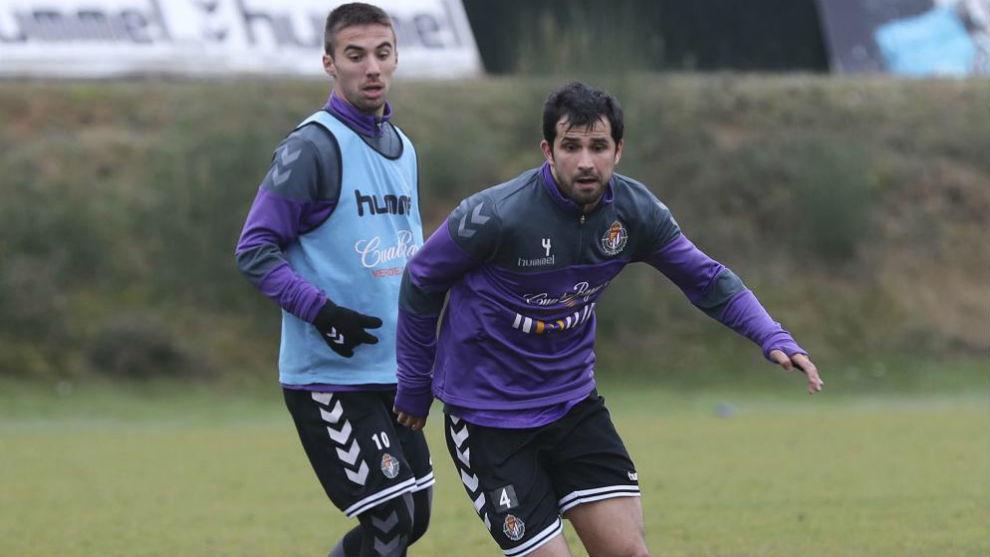 Álex López y Sergio Marcos se ejercitan con un balón en el...