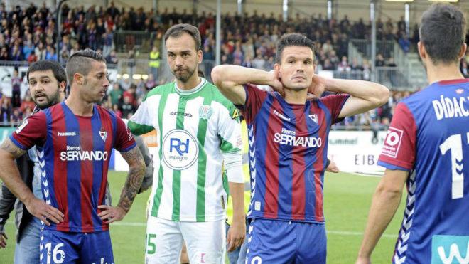 Los jugadores del Eibar, tocados tras consumarse su descenso.