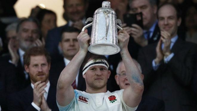 Dylan Hartley levanta la Calcutta Cup tras la victoria de Inglaterra...