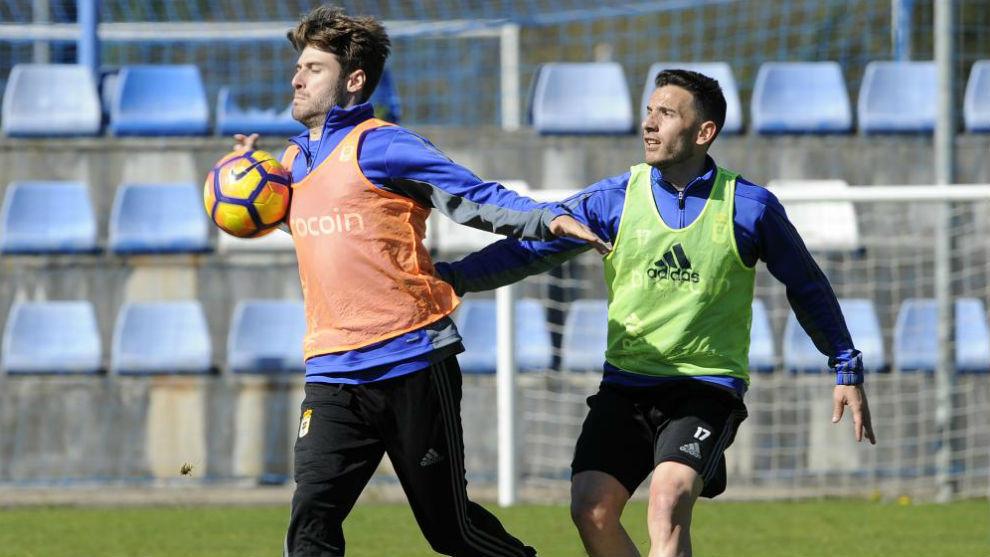 Erice es agarrado por Fernández en un  entrenamiento.