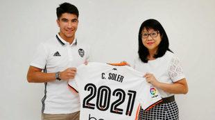 Carlos Soler posa con la presidenta Layhoon Chan tras la firma de su...