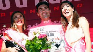 Tom Dumoulin en el podio como nuevo l�der del Giro.