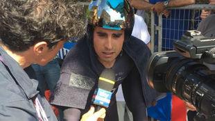 Mikel Landa atendiendo a los medios tras la contrarreloj.