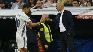 James saluda a Zidane tras ser sustituido ante el Sevilla