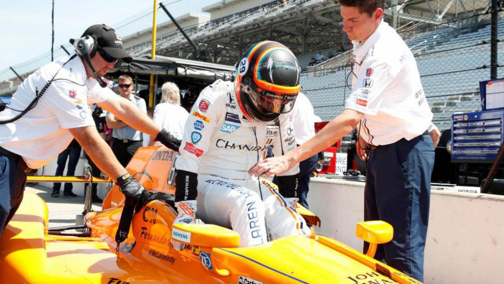 Alonso sube al monoplaza, durante una de las tandas de hoy.
