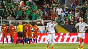 Los chilenos, celebrando uno de los goles a México en la Copa...