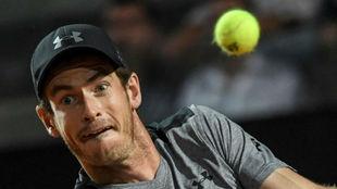 Murray mira fijamente la pelota