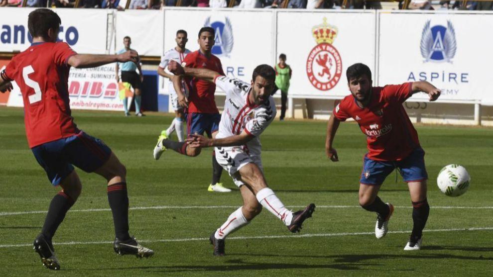 Disparo de un jugador del Granada durante el encuentro en El Sadar