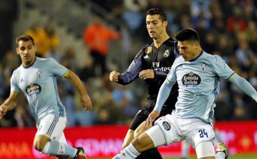 Crtistiano Ronaldo, disputando una jugada a Roncaglia