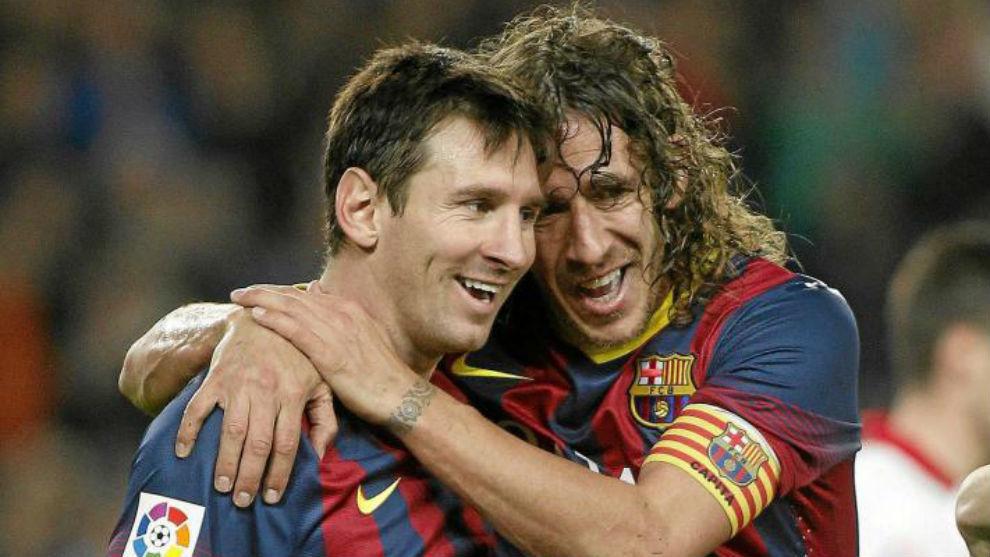 Leo Messi se abraza con Carles Puyol.