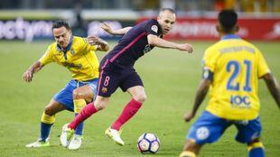 Iniesta disputando un balón durante el partido contra Las Palmas