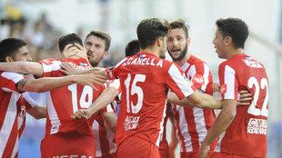 Los jugadores del Sporting ante el Eibar