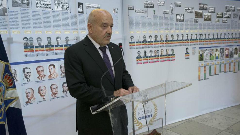 Miguel Concepción, presidente del Tenerife, habla en la presentación...