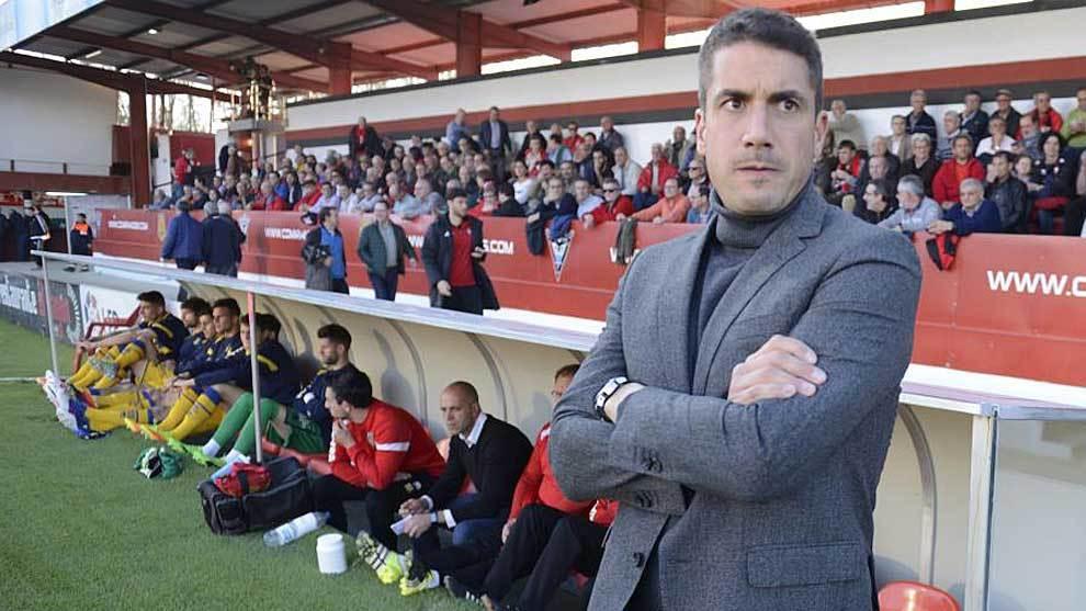 Julio Velázquez, en el banquillo de Anduva antes del partido ante el...