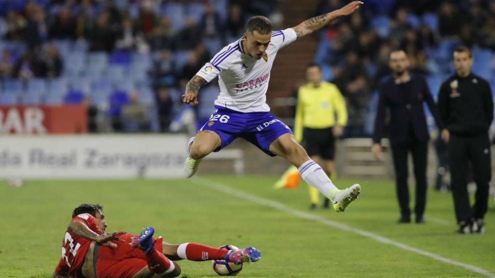 Pombo salta a un contrario en una acción de un partido.
