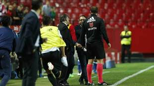 José Bordalás discute con el cuarto árbitro en la banda del...
