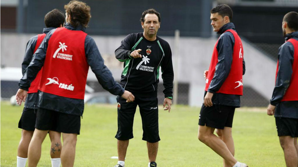 José Bordalas, junto a Jorge Molina, da instrucciones a sus jugadores...