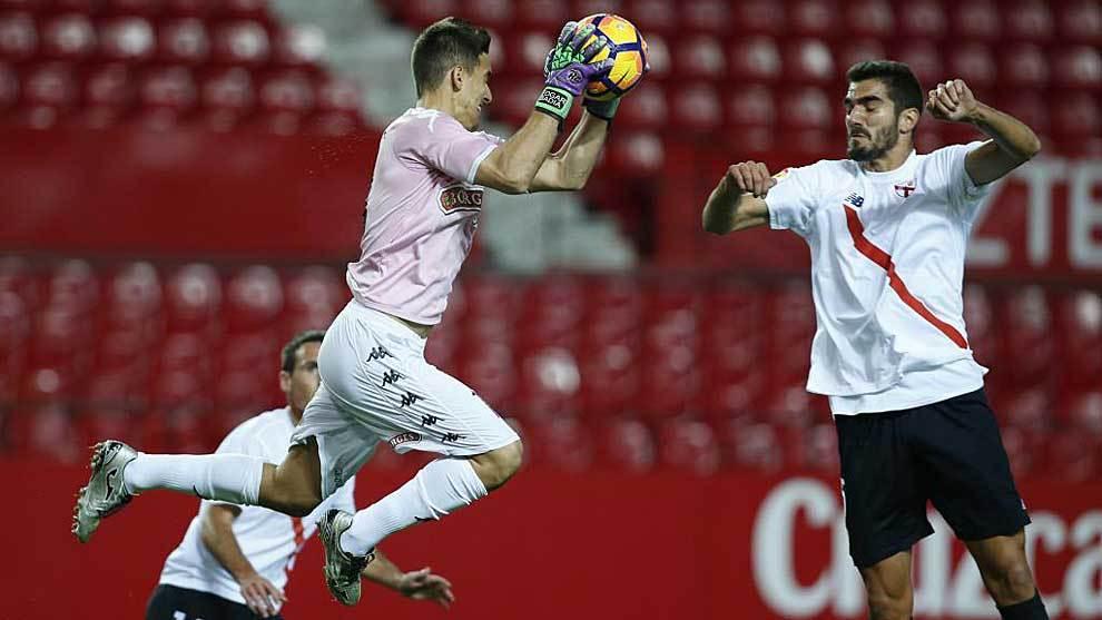 Edgar Badía ataja un balón ante Bernardo Cruz en el partido del...