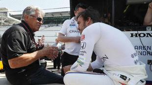 Mario Andretti charla con Fernando Alonso durante los test de la Indy...