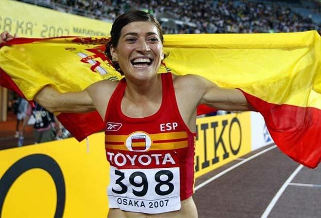 Mayte Martínez con la bandera de España de fondo después de una...