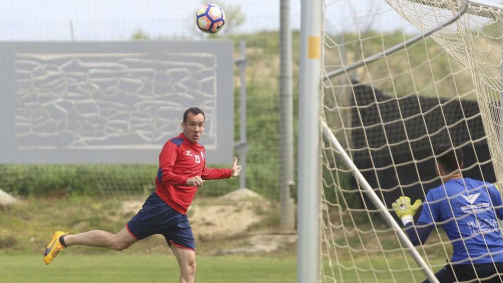 David López se ejercita en un entrenamiento con un balón a la...