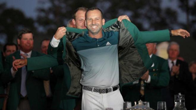 Danny Willett, ganador en 2016, coloca la chaqueta verde del Masters a...