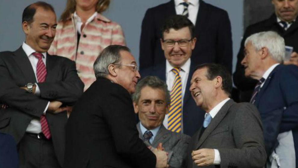 Florentino Pérez y Abel Caballero, se saludan.