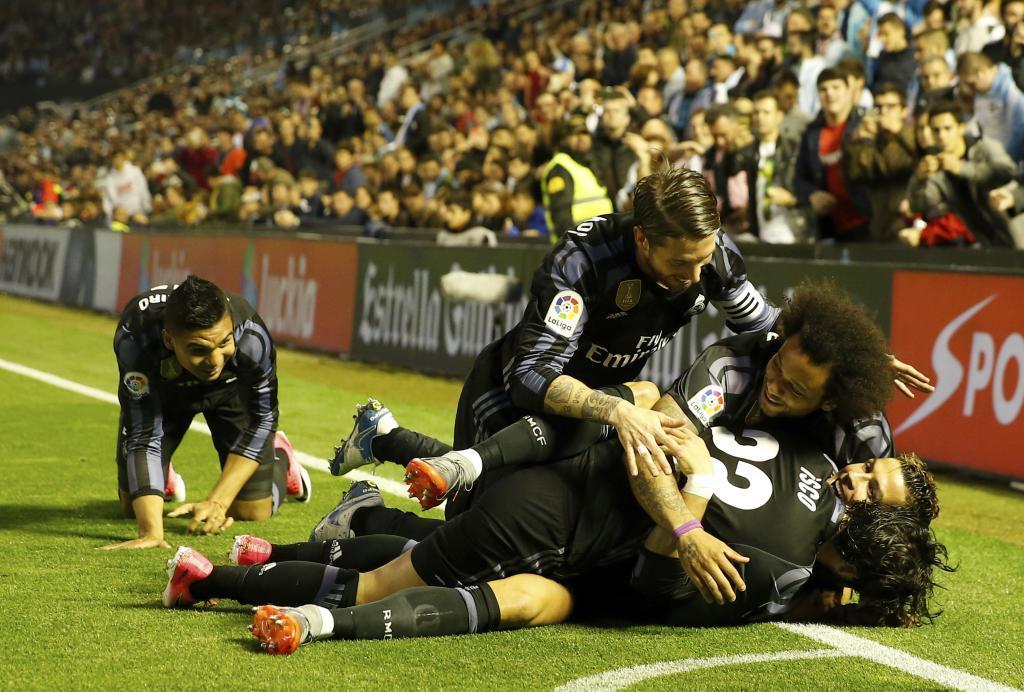 Los jugadores del Madrid se unen a la celebración de Cristiano