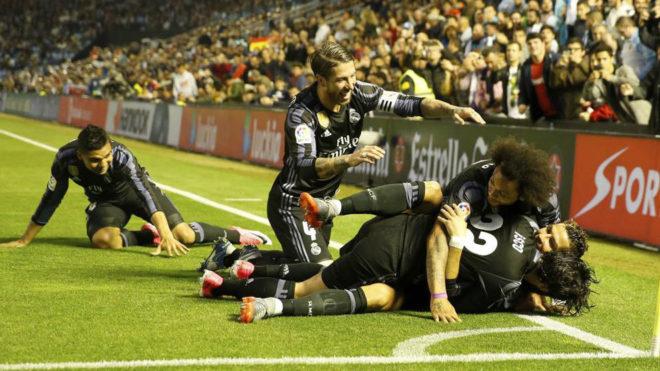 Cristiano, abrazado por sus compañeros tras el 0-2.