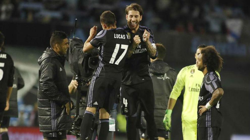 Lucas Vázquez y Sergio Ramos celebran la victoria en Balaídos.