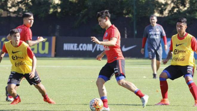 Víctor Dávila en entrenamiento con la Sub-20 de Chile.